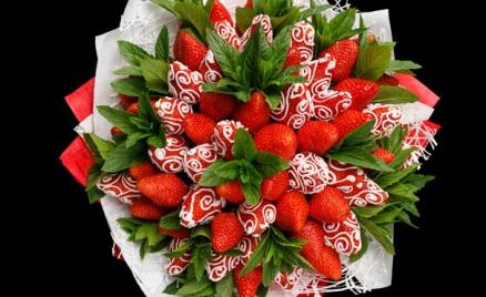 Букеты из клубники и других ягод