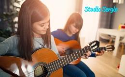 Игра на гитаре, укулеле и бас-гитаре