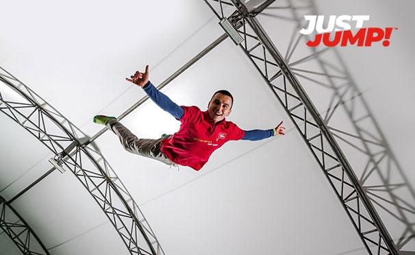 Скидка на 4 часа посещения сети батутных центров JUSTJUMP! ночью: вертикальные, горизонтальные и профессиональные батуты, поролоновая яма, баскетбольные кольца, скалодром и зона отдыха. Скидка 75%