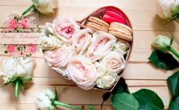 Коробки с цветами и макарунами