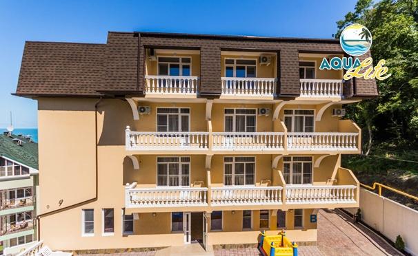 Скидка на Отдых для двоих или четверых в отеле Aqua Life в Лоо: бассейн, теннис, развлекательная программа, Wi-Fi, парковка. Скидка 50%