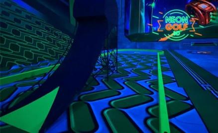 Игра в мини-гольф в центре Neongolf